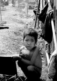 VV-Refugee kid squatting_EK_0087